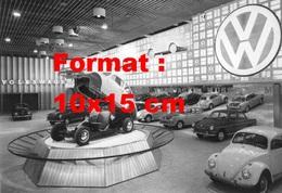 Reproduction D'une Photographie D'une Coccinelle VW En Présentation Sur Un Stand VW Sur Un Salon Automobile - Reproductions