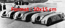 Reproduction D'une Photographie De Trois Anciennes Bugatti De Course Alignées - Reproductions