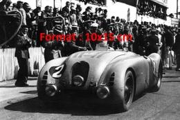 Reproduction D'une Photographie D'une Bugatti De Course Numéro 2 Devant Des Photographes - Reproductions