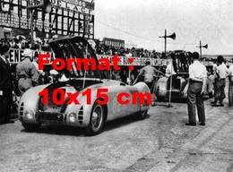 Reproduction D'une Photographie Ancienne D'une Bugatti T57 Le Capot Ouvert En Stand - Reproductions