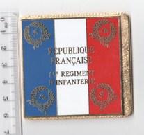 DRAPEAU 1° RI REGIMENT D' INFANTERIE   En Métal Doré - Drapeaux