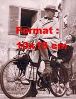 Reproduction D'une Photographie De Jacques Tati Sur Un Solex - Reproductions