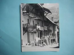 PHOTOGRAPHIE GRAND FORMAT - BOURG D'OISANS   - 38 -  Vieilles Maisons -  1965 -  12,5  X 16  Cms  - Isère - Lieux