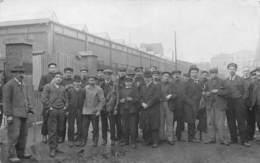 CARTE-PHOTO-OUVRIERS DEVANT UNE USINE A SITUER - Industrie