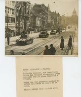 PHOTOS ORIGINALES - 1939 - TCHEQUIE PRAGUE - PRAHA - Défilé De Tanks Allemands Sur La Pl. Wenzelas - Cliché FRANCE PRESS - Guerre, Militaire