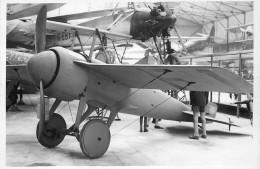 PHOTO SOUPLE NON LOCALISEE AVION DANS UN HANGAR 98007 - Aviation