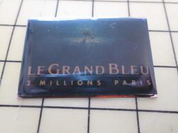 1317 Pin's Pins / Rare Et Beau THEME CINEMA / BESSON RENO LE GRAND BLEU 2 MILLIONS DE SPECTATEURS A PARIS - Films