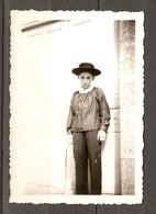 PHOTO ORIGINALE SOUVENIR DE LA FETE DES ÉCOLES 17 JUILLET 1950 PETIT GARCON DÉGUISÉ - ZOOM - Persone Anonimi