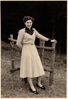 Grande Photo Originale Portrait De Pin-Up Sur Son 31 - Mode 1940/50 - Robe Au Col En Velours - Pin-Ups