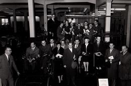 Grande Photo Originale D'un Groupe D'individus, Prospectus & Diplômes En Main Dans Un Musée Automobile - Tacot Vers 1960 - Cars