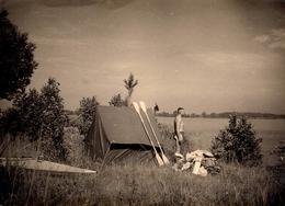 Grande Photo Originale Gay & Playboy  Aventurier Torse Nu & Son Campement Tente & Canoë En Bord De Lac 1930 - Personnes Anonymes