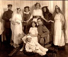 Tirage Photo Albuminé Originale Déguisement D'Adolescents Vers 1910/20 - Uniformes Militaires Et Déesses Commis Théâtre - Anonymous Persons