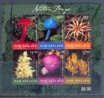 H65- New Zealand 2002 Mushrooms S/Sheet. - Hongos