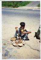 Jeune Garçon Enfant Kid Boy  Charmeur Cobra Serpent Dresseur Inde ? Snake Flute Couleur 90s - Anonymous Persons