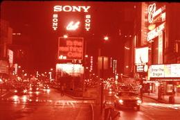 Photo Diapo Diapositive Slide ETATS UNIS N°4 New York Times Square La Nuit Pub SONY Film Bruce Lee VOIR ZOOM - Dias