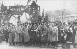 CARTE PHOTO ALLEMANDE SPA  1918   CEREMONIE RUE ROYALE DEPÖT DE GERBE SOLDATS ETRANGERS - Spa