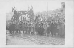 CARTE PHOTO ALLEMANDE SPA  1918   CEREMONIE RUE ROYALE  SOLDATS ETRANGERS - Spa