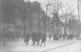 CARTE PHOTO ALLEMANDE SPA  1918   DEFILE DE SOLDATS ANGLAIS ? - Spa