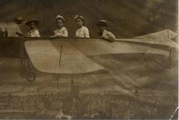 Carte-photo Montage De Foire ? (4 Enfants Dans Avion Factice) - Fotografie