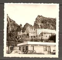 PHOTO ORIGINALE POSTE DOUANES FRANCAISES - MONACO ITALIE (?) - CITROEN 2 CV PEUGEOT 404 R8 R 8 - Lieux