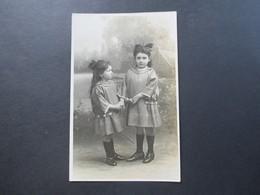 AK / Echtfoto 1924 Frankreich Louis Photographe Paris. 2 Kleine Mädchen Im Kleid / Tracht - Portraits
