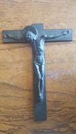 CRUCIFIX EN BRONZE PATINE SOMBRE CHRIST EN CROIX SIGNE HARTMANN - Religion & Esotérisme