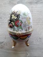 Oeuf En Porcelaine Décor Fleurs Fermeture Fleur  D'autres Sur Le Site - Oeufs