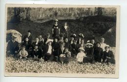 Piece De Collection - Le Treport - Cp Photo Ancienne - Ensemble De Personnes Au Pieds Des Falaises Du Treport. - Lieux