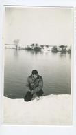 Homme Au Bord D'un Lac Sous La Neige - Personnes Anonymes