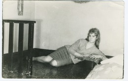 Belle Jeune Femme Allongée Par Terre - Pin-up