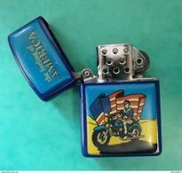 024 - Gasoline Lighter - Essence Briquets - Benzineaansteker - The Feeling Of America - Briquets