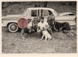 Photographie Originale. Chasse. Deux Chasseurs Avec Chiens Et Gibier Devant Une Automobile Simca Chambord. - Automobiles