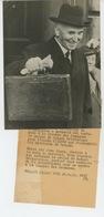 PHOTOS ORIGINALES -1939 - LONDRES - LONDON - Sir JOHN SIMON Chancelier De L'Echiquier Avec Mallette-Cliché FRANCE PRESSE - Identified Persons