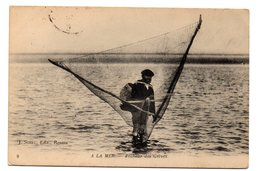 Tarjeta Postal De A La Mer. Pecheur Des Greves. Circulada - Francia