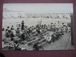 CPA PHOTO Spectacle GUIGNOL ? EN BORD DE MER A LA PLAGE  CABINES FEMMES ENFANTS COSTUMES MODE CHAPEAUX 1920 1930 ? - Groupes D'enfants & Familles