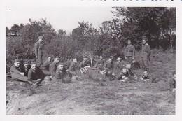 Foto Gruppe Deutsche Soldaten Bei Der Rast - 2. WK - 9*6cm (35402) - Krieg, Militär