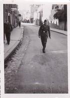 Foto Deutsche Soldaten Beim Spazierengehen In Frankreich - 2. WK - 8*5,5cm (35403) - Krieg, Militär