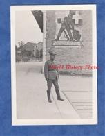 Photo Ancienne - SUISSE - FOUNEX - Officier Devant Un Graffiti Militaire - Offizier - Nyon Vaud - Guerra, Militari