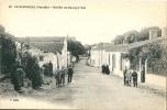 CPA  85 LA GARNACHE ENTREE DU BOURG COTE EST ANIMEE - France