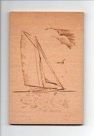 Beau Voilier Avec Mouette En Pyrogravure, Support En Bois, Bateau, Signature: Bye (18-2015) - Other Collections