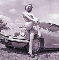 Jeune Femme Nue En Porte-jarretelle Assise Sur Le Capot D'une Citroen DS 19  -  15x10 PHOTO - Voitures De Tourisme
