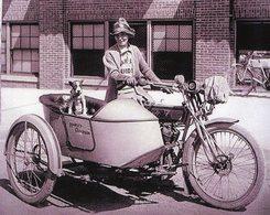 Une Femme Sur Une Moto Side-car 'HARLEY-DAVIDSON' Transformé En Niche Pour Son Chien -  15x10 PHOTO - Motos