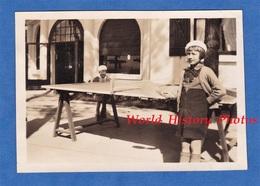 Photo Ancienne Snapshot - LE PYLA - Portrait Petite Fille Jouant Au Ping Pong - Enfant Girl Mode Robe Tennis De Table - Sports