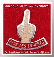 SUPER PIN'S COLUCHE : Pin's Du CLUB Des ENFOIRES En émail Base Argent, Format 2,4X2,4cm - Beroemde Personen