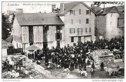 D65 Cpa  - LOURDES < MARCHE DE LA PLACE DE PYRENEES - Lourdes