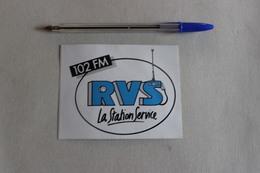 102 FM RVS RADIO LA STATION SERVICE  1 Autocollant - Autocollants