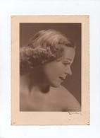 Portrait  Profil  Femme   Signé  17 Cm  X 23.5 Cm - Lieux