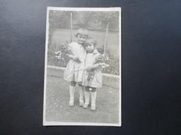 AK Echtfoto Ca. 1910 / 20er Jahre. Frankreich. 2 Mädchen / Kleine Kinder Im Kleid Mit Blumen! - Portraits