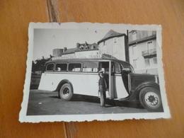 Petit Photo Vers 1940/1950 Autobus Au Dos A.Baugil Conducteur? - Automobiles