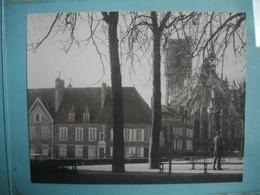 PHOTOGRAPHIE GRAND FORMAT -  NEVERS - 58 -  Place - Cathédrale  -  1966 -  12,5  X 16  Cms  - Nièvre - Lieux